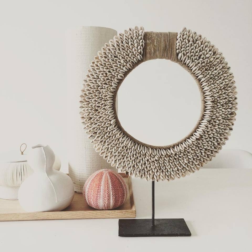 Te koop: Schelpenketting uit Papoea Nieuw Guinea hoogte 42cm diameter 32cm prijs; €75,00.